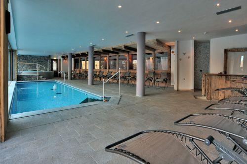"""L'area piscina del centro benessere dell'""""Hotel La Madonnina del Gran Paradiso"""" a Cogne, con pavimento realizzato con la collezione In&Out Percorsi Style di Ceramiche Keope nel colore Pietra di Cimbra, formato cm. 30x60."""