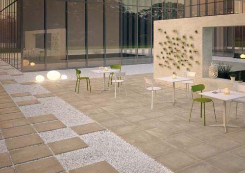 elegante spazio outdoor rivestito con K2, la gamma di pavimenti per esterni in Gres porcellanato di Ceramiche Keope, qui proposto nella versione Age nel colore Beige, che dà rilievo all'inedita finitura che richiama l'estetica di una pietra vissuta. Caratterizzata da uno spessore di 20 mm, K2 può essere posata sia su pavimento sopraelevato, sia a secco - su sabbia, ghiaia o fondi erbosi - oltre che la tradizionale posa a colla su massetto.