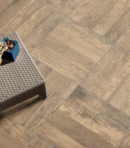 Elegante effetto legno vissuto di Soul, nella versione Blend. Caratterizzata da uno spessore di 20 mm, K2 può essere posata anche su pavimento sopraelevato, a secco - su sabbia, ghiaia o fondi erbosi - oltre che la tradizionale posa a colla su massetto.
