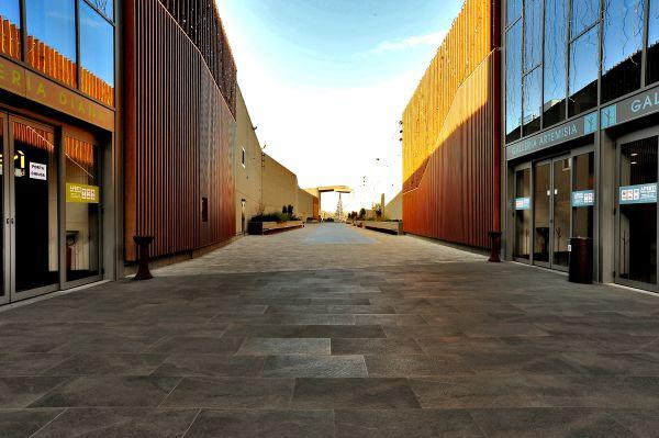 ambienti esterni dell'innovativo parco commerciale Mondojuve