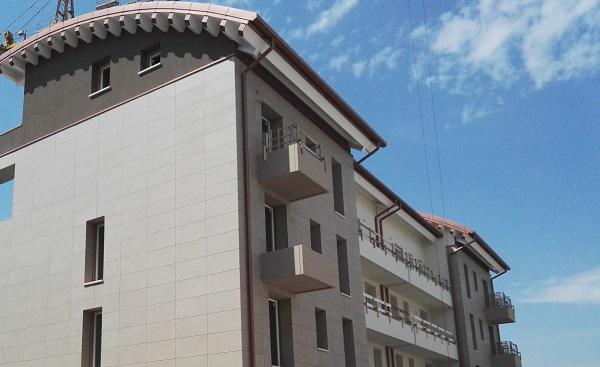 Uno degli edifici del complesso residenziale in via di ultimazione