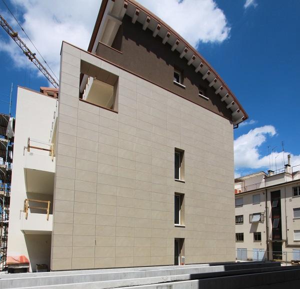 Sistema di facciata Isotec Parete di Brianza Plastica per tutti gli edifici del complesso residenziale