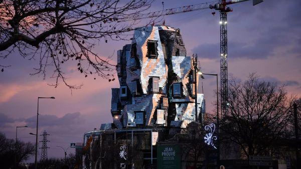 La LUMA Tower di Arles, ondulata e riflettente, è quasi pronta