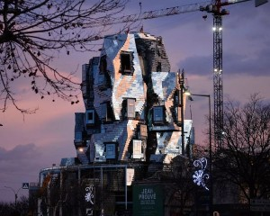 La LUMA Tower, ondulata e riflettente, è quasi pronta