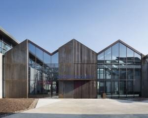 Un edificio permeato dalla luce e dal verde