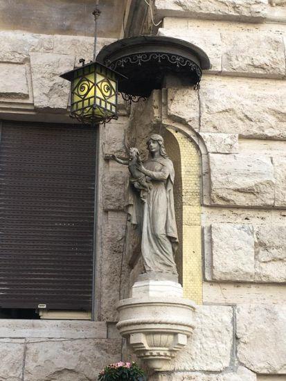 La madonna con bambino all'ingresso dell'arcone angolo via Dora nel quartiere Coppedè a Roma