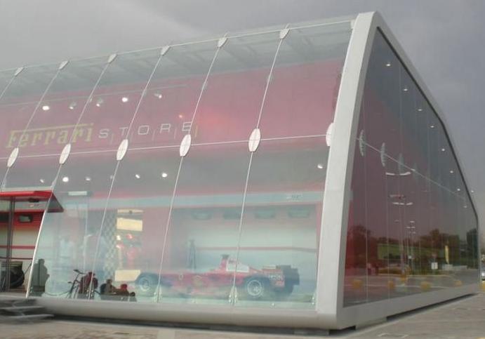 La struttura in vetro del Ferrari factory store