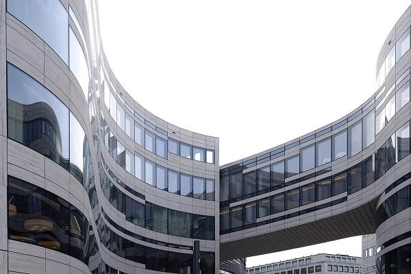 Il nuovo cuore di Düsseldorf (Germania) sta nascendo attorno a Jan-Wellem-Platz. Progettato da Daniel Libeskind e completato nell'autunno 2013, il Kö-Bogen I costituisce il primo lotto di un più ampio intervento, ma lascia già trasparire il raffinato disegno architettonico d'insieme.