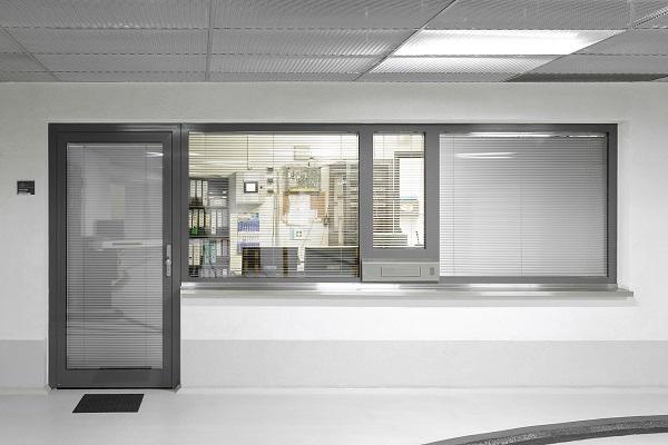 Per la portineria, in cooperazione con lo stabilimento Hörmann, è stata elaborata una costruzione speciale composta da elementi tagliafuoco in alluminio e una finestratura fissa in alluminio.