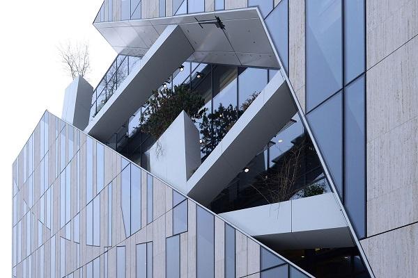 """Lo studio Libeskind ha sistemato a verde i """"tagli"""", profondi circa due metri e larghi fino a cinque metri"""