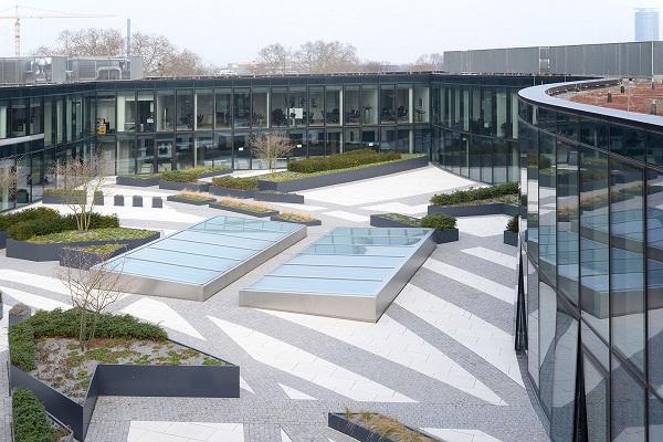 Veduta sul Kö-Bogen dal vicino grattacielo Dreischeibenhaus.
