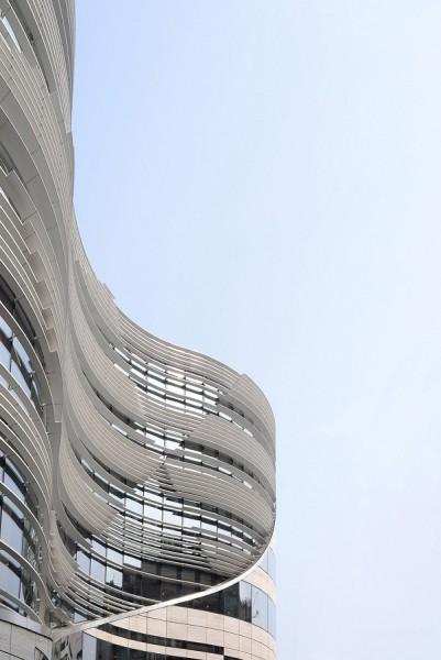 Vedute del fronte ovest e sud, che mostrano con chiarezza come le forme sinuose caratterizzino l'intera facciata