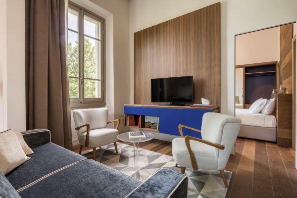 Il blu elettrico caratterizza gli interni degli appartamenti M7 Contemporary Apartments