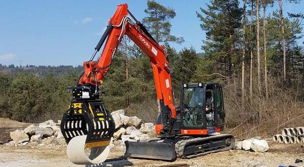 Escavatore con pinza idraulica