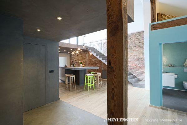 """Le tre """"scatole blu"""" del riqualificazione di un'antica casa di inizio 900 a Berlino"""