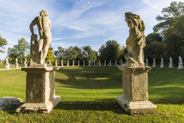 Le statue delle 52 cavallerizze che si trovano nel giardino di Villa Revedin Bolasco a Castelfranco Veneto