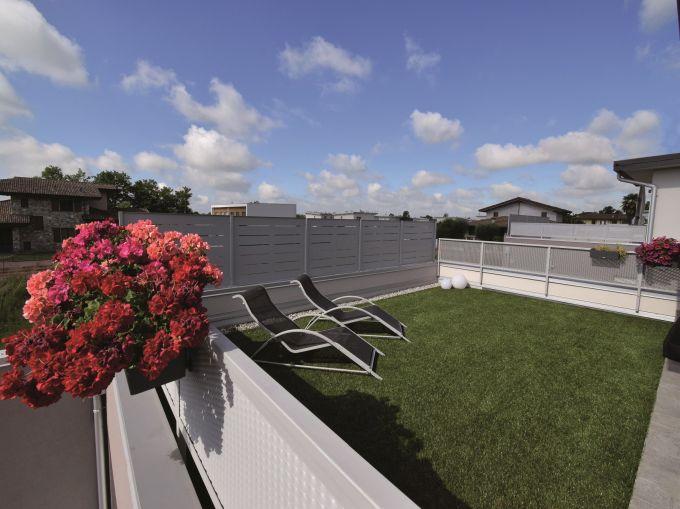 Il giardino di una delle abitazioni del bio-quartiere di Bolgare realizzato da marlegno