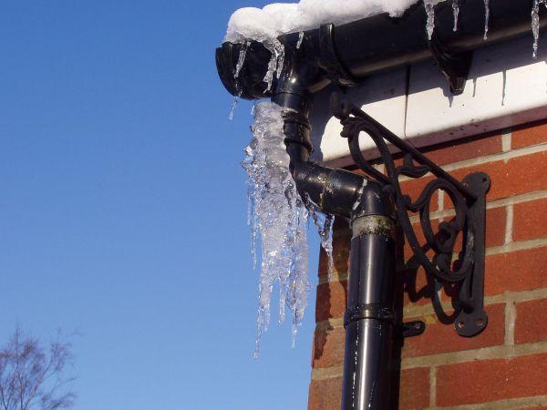 Neve e ghiaccio sulla copertura di un edificio