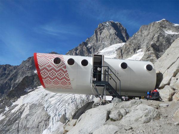 Nuova Capanna Gervasutti ai piedi del Monte Bianco