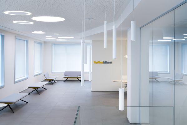 Lampade Baton di Linea Light Group per l'Istituto Raffles di Milano