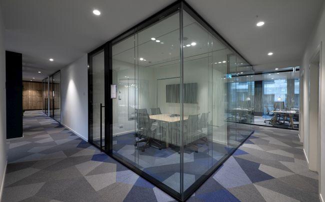 Nuova sede Oliver Wyman a Milano, moquette e pareti vetrate per l'isolamento acustico