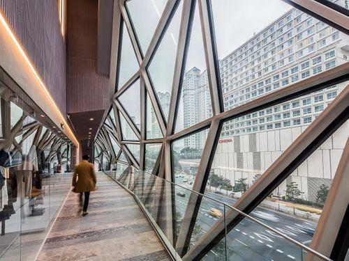 Il cubo di OMA a Gwanggyo in Corea del Sud. L'interno della passerella