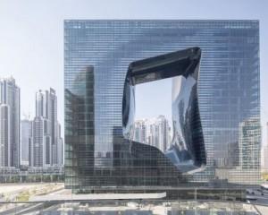 Opus Hotel: un grattacielo sostenibile a forma di cubo con il buco al centro