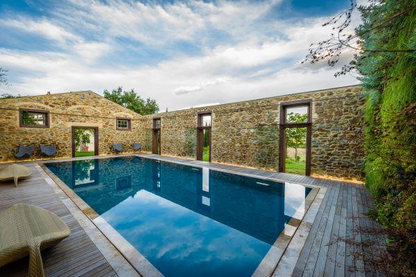 Una suggestiva piscina realizzata da Piacine Castiglione in un antico fabbricato agricolo senza tetto
