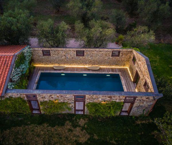 PISCINE CASTIGLIONE firma una piscina semi outdoor in un antico fienile senza più tetto