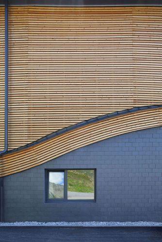 Il rivestimento in legno e ardesia caratterizza l'involucro edilizio del Top Mountain Crosspoint_Bild 6