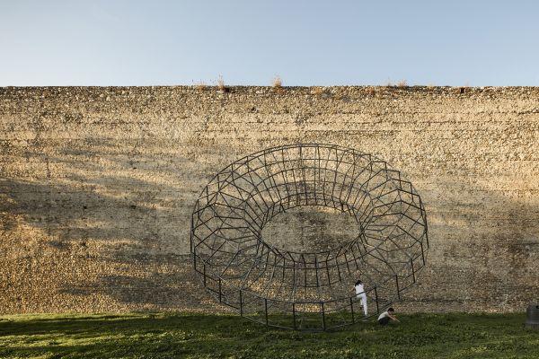 """Installazione artistica """"Mazzocchio"""" di Ben Jakober e Yannick Vu, adagiata sulle mura antiche di Prato"""