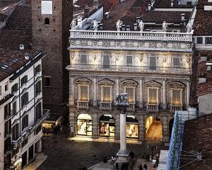 Performance iN Lighting illumina Palazzo Maffei a Verona
