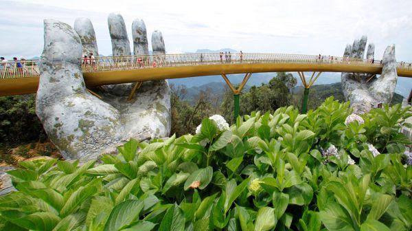 il ponte d'oro in Vietnam sorretto da mani giganti
