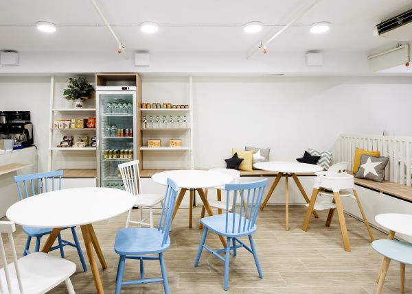 Lo spazio accogliente e amichevole all'interno della Piscina Penguin di Barcellona