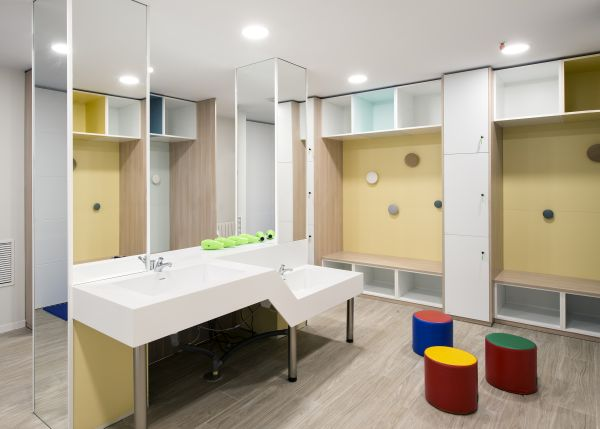 Elementi realizzati insolid surface Hi-Macs nella piscina Penguin di Barcellona