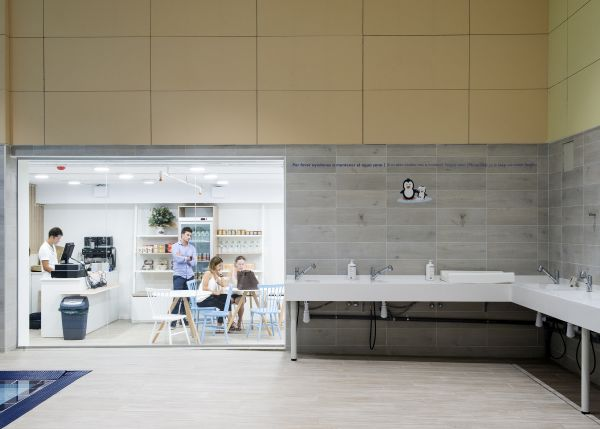 Sala relax e caffetteria della piscina Penguin di Barcellona