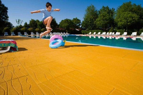 Piastrella antitrauma per bordo piscina - Pavimenti bordo piscina in legno ...