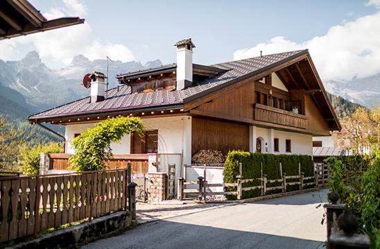 Una copertura elegante e resistente realizzata con le tegole Prefa per una villetta privata in Val di Zoldo
