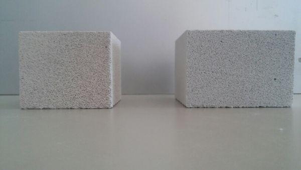 Un provino di cemento bioaerato autoclavato e uno di calcestruzzo aerato autoclavato
