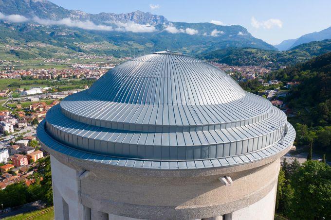 Particolare della cupola di Castel Dante con copertura in lamiera di zinco-titanio di Zintek