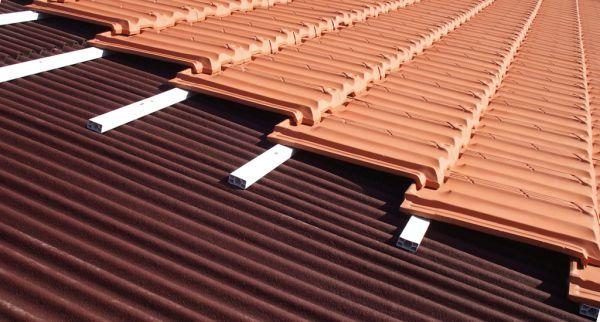 Lastra sottotegola ondulata per tegole in laterizio e cemento for Montaggio tetto in legno ventilato