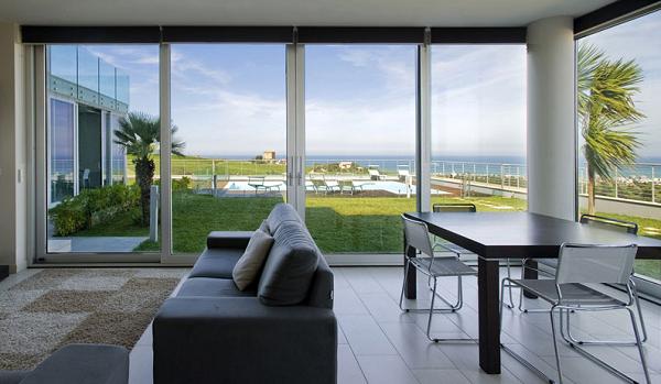 Sistema di finestre e porte scorrevoli in alluminio