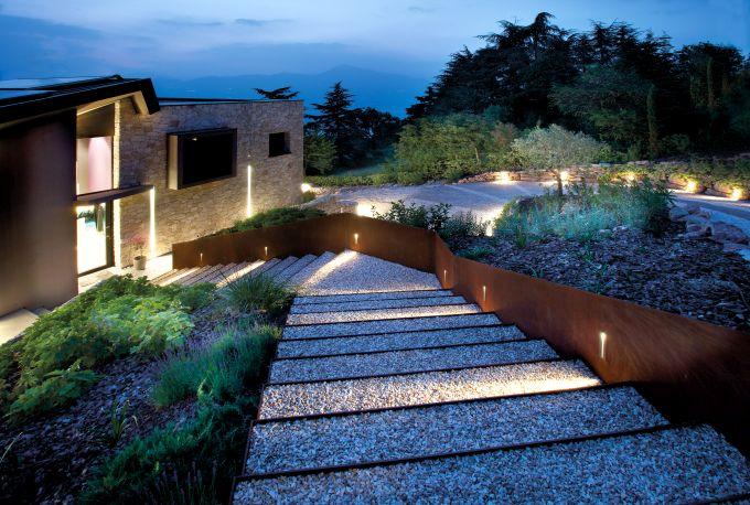 Illuminazione SIMES per una villa a Torri del Benaco