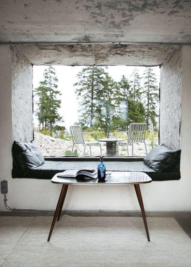 Progetto Savannen12 a Gotland. La grande finestra nella parete di cemento