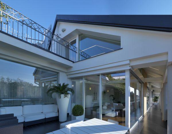 Serramenti in alluminio Schuco per l'appartamento residenziale affacciato sui giardini della Reggia di Caserta