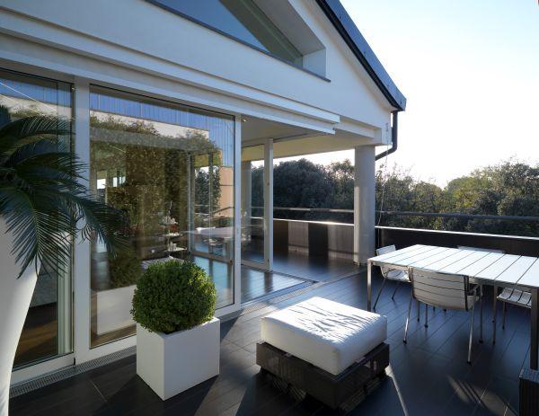 La terrazza del nuovo edificio residenziale affacciato sui giardini della Reggia di Caserta progetto OfCA, arch. Raffaele Cutillo