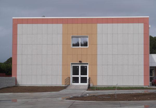 Per la facciata dell'edificio scolastico di Siracusa è stato scelto Isotec Parete di Brianza Plastica.