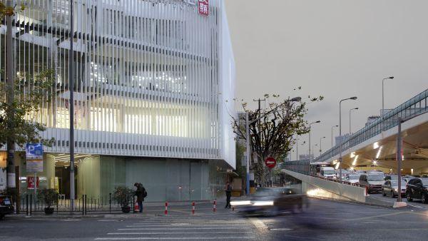 Le lamelle verticali di alluminio in facciata del progetto a Shanghai MORE: 001 Jingan Creative Park