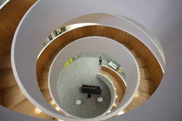 La scala a elica che caratterizza il progetto MORE: 001 Jingan Creative Park a Shanghai