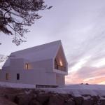 Una casa in simbiosi con la natura con la facciata e il tetto rivestito in HI-MACS